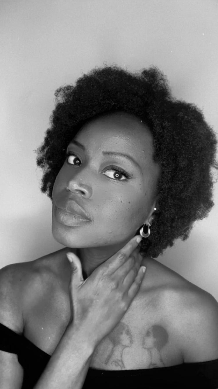 Photo de Mahuna poésie, poétesse et auteure du recueil de poésie contemporaine au-delà de nos maux